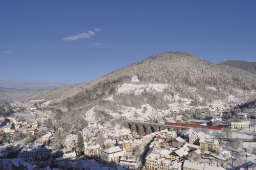 Blick auf das verschneite Hornberger Viadukt