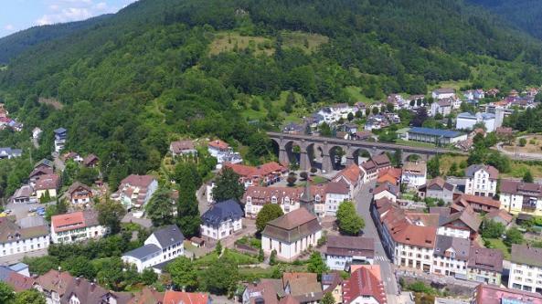 Blick auf das Viadukt und Hornberg