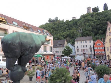 Besucher auf dem Hornberger Bärenbplatz beim 1. Hornberger Musiksommer 2019